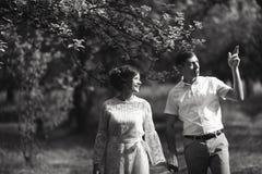 Powabna i modna para w miłości tła rocznika starym kasztelu czarny white obrazy stock