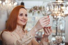 Powabna kobieta cieszy si? robi?cy zakupy w domu wystroju sklep obrazy royalty free