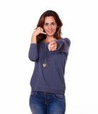 Powabna kobieta gestykuluje wezwanie ja szyldowy Zdjęcia Stock