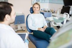 Powabna kobieta odwiedza dentysty fotografia stock