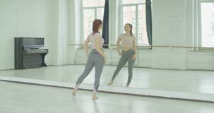Powabna kobieta podziwia jej odbicie w lustrze zdjęcie wideo