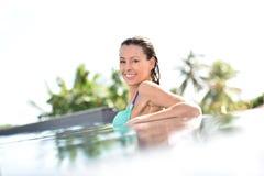 Powabna kobieta relaksuje w pływackim basenie Obrazy Royalty Free