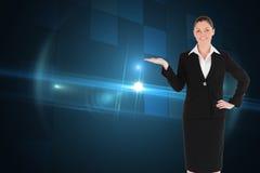 Powabna kobieta w kostiumu pokazuje odbitkową przestrzeń Obraz Stock