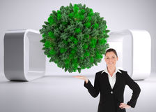 Powabna kobieta w kostiumu pokazuje odbitkową przestrzeń Zdjęcia Stock