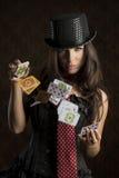 Powabna kobieta z grzebak kartami Fotografia Royalty Free