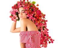 Powabna kobieta z jaskrawymi makeup i fryzury różami na głowie obraz royalty free