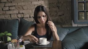 Powabna kobieta z pięknego uśmiechu czytelniczym telefonem komórkowym podczas odpoczynku w sklep z kawą, szczęśliwa Kaukaska kobi zbiory