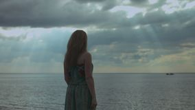 Powabna kobieta z rękami szeroko otwarty na plaży zbiory wideo