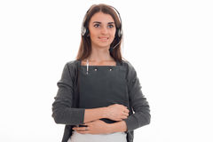 Powabna młoda biznesowa kobieta pracuje w centrum telefonicznym z hełmofonami i mikrofonem patrzeje daleko od z deską w ona ręki Fotografia Royalty Free