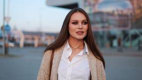 Powabna młoda dama chodzi wzdłuż ulicy po pracy w światłach wieczór słońce zbiory wideo