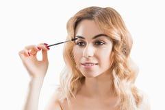 Powabna młoda dziewczyna maluje brwi z długim fachowym ber zdjęcia stock