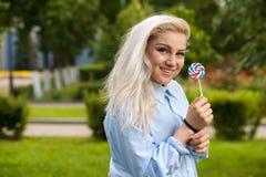 Powabna młoda blondynka pozuje na naturze Zdjęcie Stock