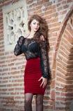 Powabna młoda brunetki kobieta w czerni koronki bluzce  Obrazy Royalty Free