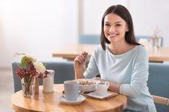 Powabna młoda kobieta je zdrowego jedzenie w kawiarni Obrazy Stock