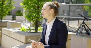 Powabna młoda kobieta z smartphone outside zbiory