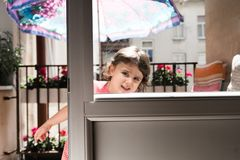Powabna mała dziewczynka ono uśmiecha się i bawić się zdjęcia royalty free