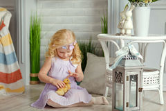 Powabna małej dziewczynki blondynka w sukni mienia kaczątkach w l, Zdjęcie Royalty Free