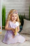 Powabna małej dziewczynki blondynka w sukni mienia kaczątkach w l, Obrazy Royalty Free