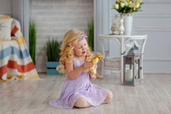 Powabna małej dziewczynki blondynka w sukni mienia kaczątkach w l, Zdjęcia Stock