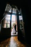 Powabna panna młoda i przystojny elegancki fornal trzyma each inną pozycję na rocznika balkonie klasyczny buiding Obrazy Stock