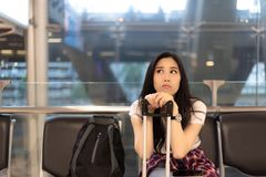 Powabna piękna kobieta czeka jej przyjaciela dla iść cudzoziemska obraz royalty free