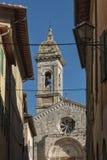POWABNA wąska ulica w miasteczku San Quirico d ` Orcia San QUIRICO d ` ORCIA WŁOCHY, PAŹDZIERNIK - 30, 2016 - zdjęcie stock