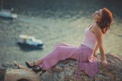Powabna Zmysłowa piękna damy dziewczyny kobieta z czerwonego płomienia mody menchii włosianymi jest ubranym galanteryjnymi ubrani zdjęcia stock