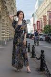 Powabna zmysłowa kobieta w modnej gauzy odzieży przy ulicą Fotografia Stock