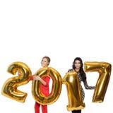 Powabne kobiety Trzyma Duże Złote liczby 2017 szczęśliwego nowego roku, Fotografia Stock