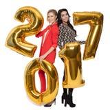 Powabne kobiety Trzyma Duże Złote liczby 2017 szczęśliwego nowego roku, Zdjęcia Stock