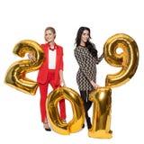 Powabne kobiety Trzyma Duże Złote liczby 2019 szczęśliwego nowego roku, Zdjęcia Stock