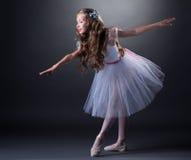 Powabnej kędzierzawej dziewczyny dancingowy balet w studiu Obrazy Royalty Free