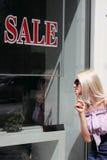 Młodej kobiety iść robić zakupy Zdjęcia Royalty Free