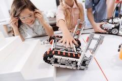 Powabni ucznie bada elektronicznej gry przyrząda przy szkołą fotografia stock