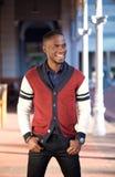 Powabny amerykanina afrykańskiego pochodzenia mężczyzna ono uśmiecha się outdoors Fotografia Stock