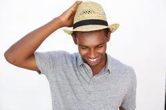 Powabny amerykanina afrykańskiego pochodzenia mężczyzna ono uśmiecha się z kapeluszem Obraz Royalty Free
