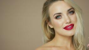 Powabny blondynka model z czerwonymi wargami zbiory