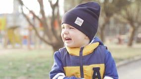 Powabny chłopiec płacz w ulicie zwolnionego tempa wideo zdjęcie wideo