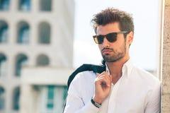 Powabny i modny młody człowiek z okularami przeciwsłonecznymi Obraz Royalty Free