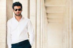 Powabny i modny młody człowiek z okularami przeciwsłonecznymi Zdjęcia Royalty Free