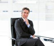 powabny kierownictwo jego męski biurowy obsiadanie Zdjęcia Stock