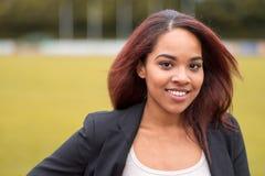 Powabny Młody bizneswoman Patrzeje kamerę Fotografia Royalty Free