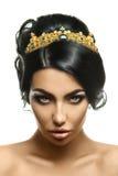 Powabny młody moda model z koroną na kierowniczym i kreatywnie bla Zdjęcie Royalty Free