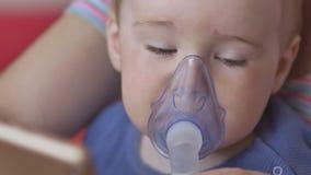 Powabny małe dziecko w masce inhalator Procedura inhalacja Traktowanie płuco choroby w domu zbiory
