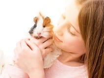 Powabny małej dziewczynki mienia królik doświadczalny blisko jej policzka obrazy stock