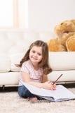 Powabny małej dziewczynki writing w notatniku zdjęcie royalty free