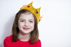 Powabny mały Princess w czerwieni koronie i sukni fotografia royalty free