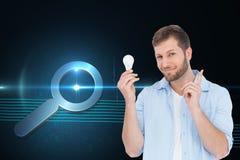 Powabny model trzyma żarówkę w prawej ręce Obraz Stock