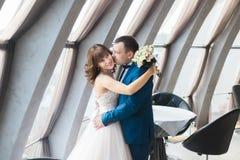 Powabny państwa młodzi obejmowanie na ich ślubnym świętowaniu w luksusowej restauraci Obraz Royalty Free