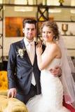 Powabny państwo młodzi na ich ślubnym świętowaniu w luksusowej restauraci Obraz Stock